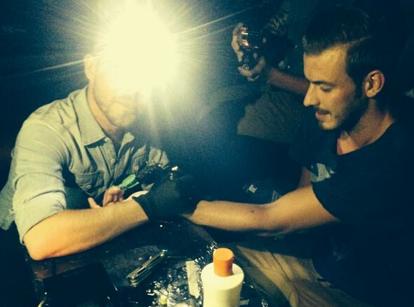 Julien Bert (Les Anges 6) : le beau gosse se fait tatouer en boîte... et ne s'en souvient plus le lendemain !