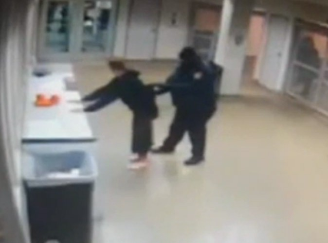 Justin Bieber : découvrez la vidéo de sa fouille chez la police de Miami !
