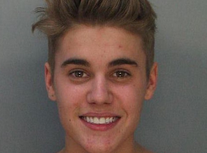 """Justin Bieber : tout sourire sur son """"mugshot"""", son arrestation ne semble pas l'inquiéter !"""