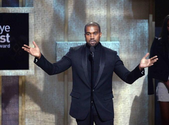 """Kanye West : il défend Kim, """"ma femme est déjà sortie avec des blacks fauchés"""" !"""