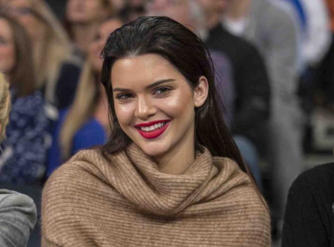 Kendall Jenner : après un déjeuner d'anniversaire en famille, sans Kim, c'était soirée karaoké avec Cara Delevingne et Selena Gomez puis after party délurée pour ses 19 ans !