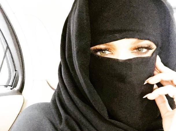 Khloé Kardashian : à Dubaï, elle passe en mode niqab !