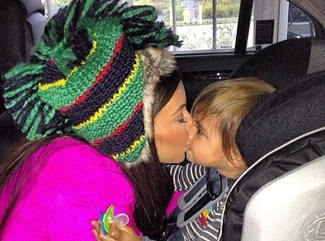 Kim Kardashian : elle continue de couvrir de baisers son adorable neveu !