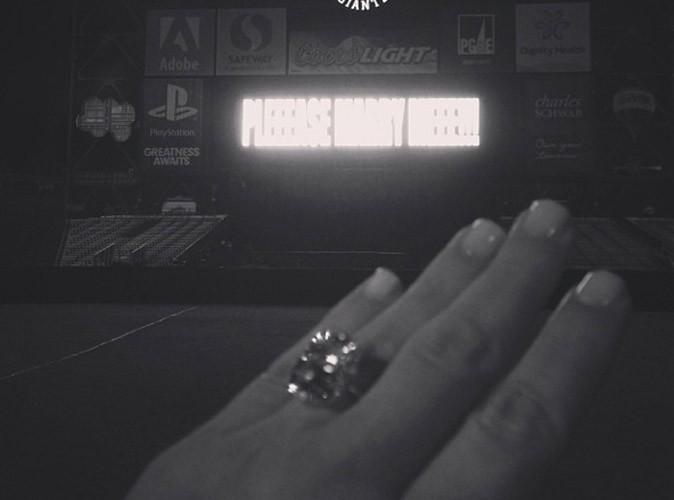 Kim Kardashian : elle vous présente elle-même sa bague de fiançailles !