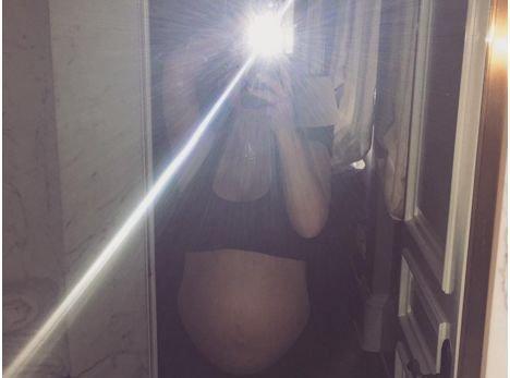 Kim Kardashian en petite tenue face à son miroir : découvrez combien de kilos elle a pris !