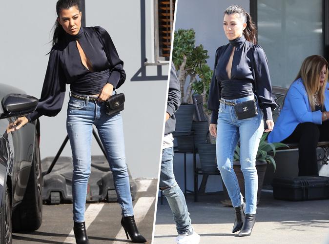 Kourtney Kardashian : Chemisier en soie bleu, banane Chanel, bottines noires à talons... la MILF a encore frappé