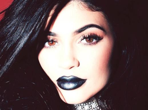 Kylie Jenner : Téton visible et corps huilé, elle est prête à tout pour ses lipsticks !