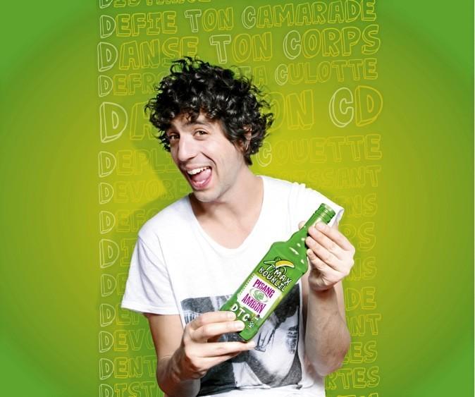 L'humoriste s'associe avec Pisang Ambon, le célèbre apéritif à la liqueur de banane verte et vous propose sa bouteille dédicacée