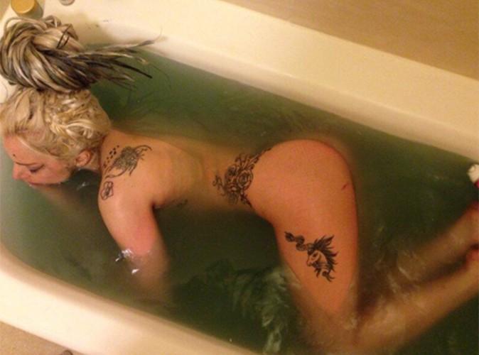 Lady Gaga : la chanteuse se dévoile nue dans sa baignoire après avoir été recouverte de vomi !