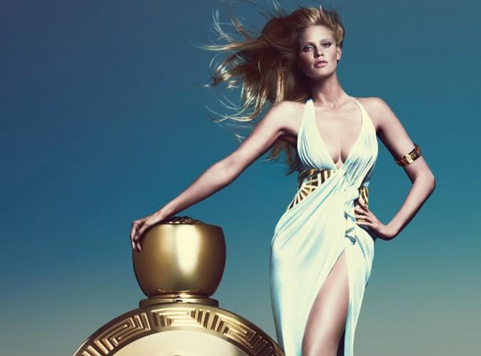 Lara Stone : véritable déesse pour le nouveau parfum Versace !