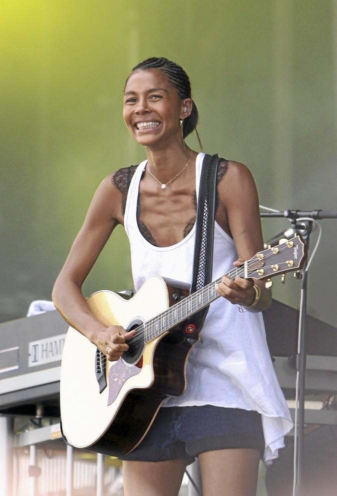 La chanteuse Ayo ouvre le Prix de Diane Longines et donne un concert au coeur de l'hippodrome. So chic et trendy !