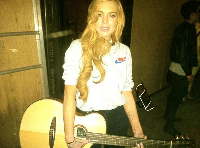 Lindsay Lohan : elle pose avec la guitare de son chéri !