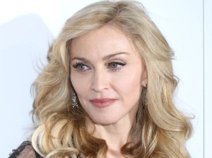 Madonna : pas de téton en vue, ni de jolies fesses... Mais un incroyable décolleté dévoilé lors du tournage de son nouveau clip !