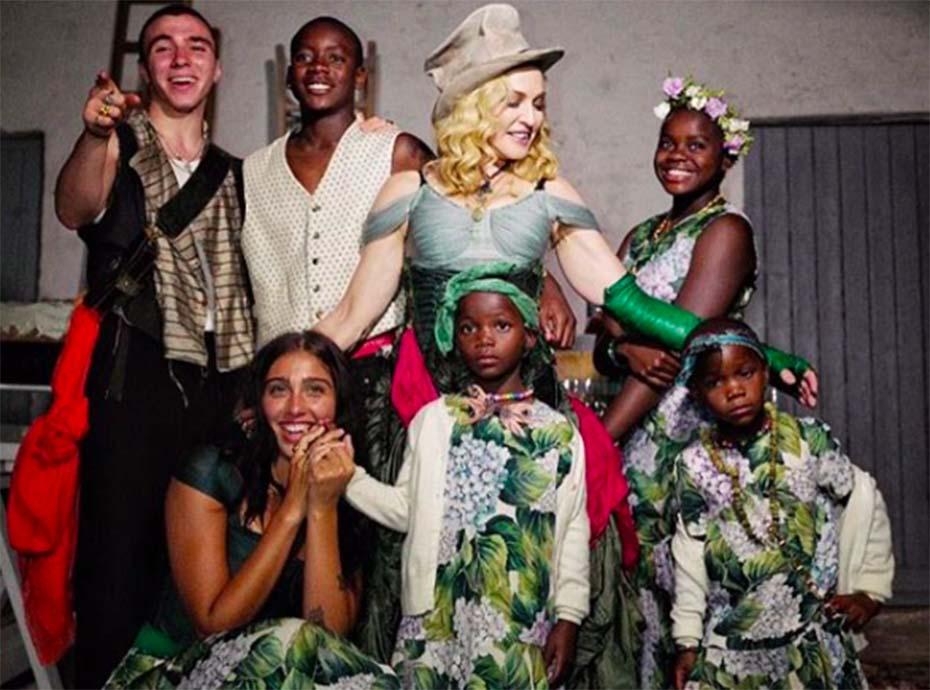 Madonna prend la pose entourée de ses 6 enfants : la photo qui affole Instagram