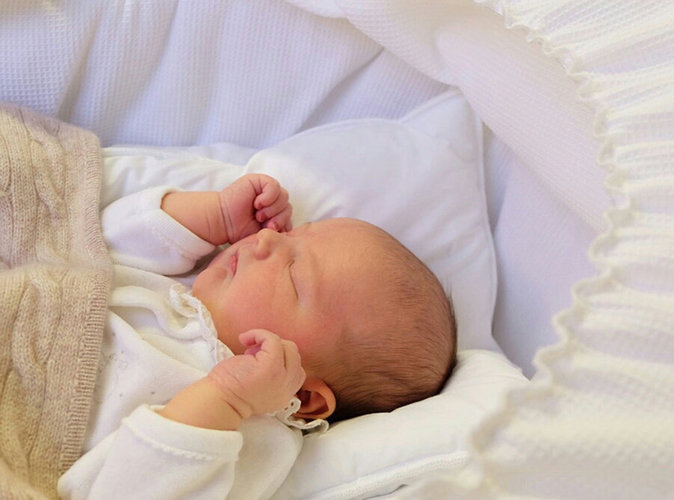 Mais qui sont les célèbres parents de cet adorable petit poupon ?