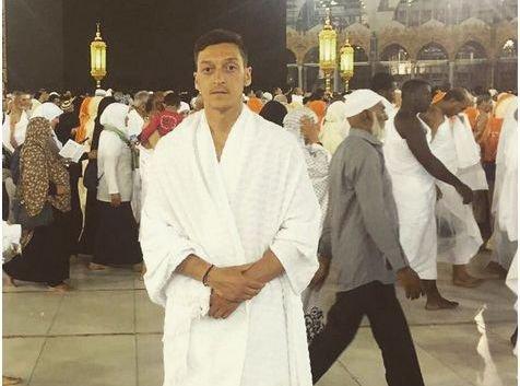 Mesut Özil partage son pélerinage à la Mecque sur Instagram !