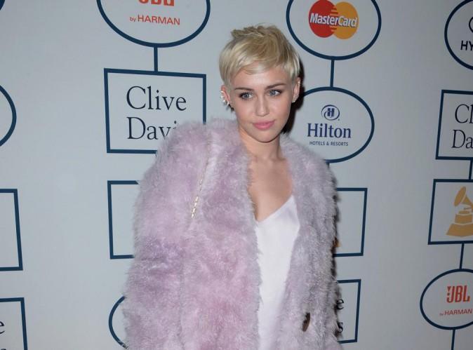 """Miley Cyrus : """"Je n'ai pas le droit de conduire, je ne suis bonne qu'à chanter"""" !"""
