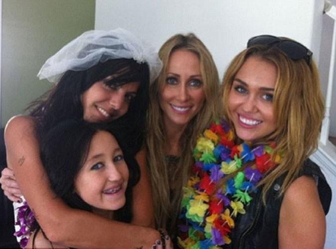 Miley Cyrus : toute en simplicité et prête à faire la fête lors du mariage d'une de ses meilleures amies !