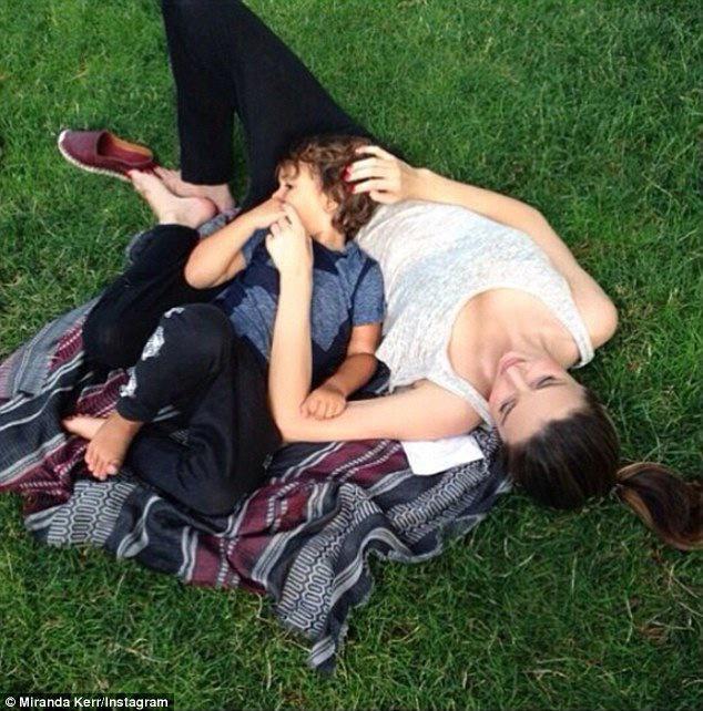 Miranda Kerr : nouvelle pause tendresse avec son adorable Flynn !