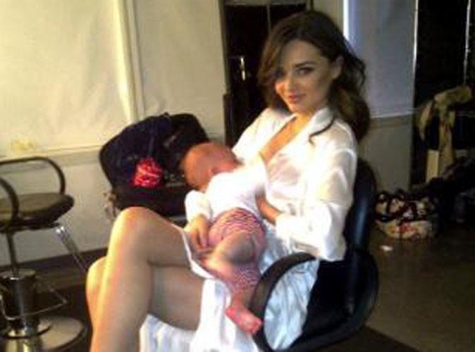 Miranda Kerr pose en train de donner le sein à son fils Flynn !