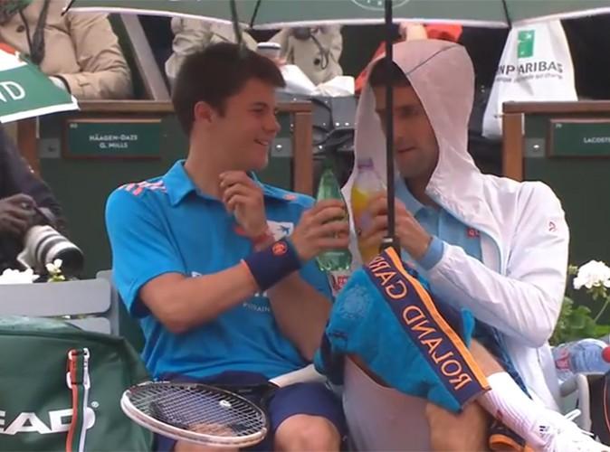 Novak Djokovic : instant générosité… il trinque et sympathise avec un ramasseur de balles !