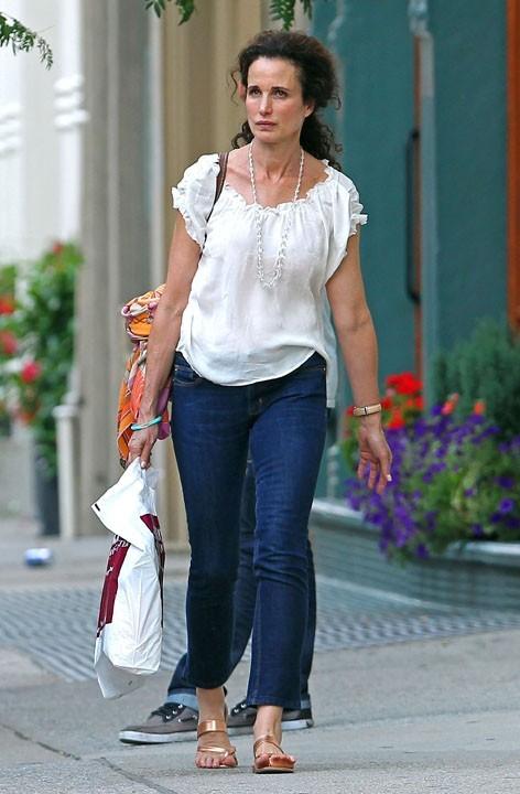 Andie MacDowell faisant du shopping à New York, le 1er août 2011.
