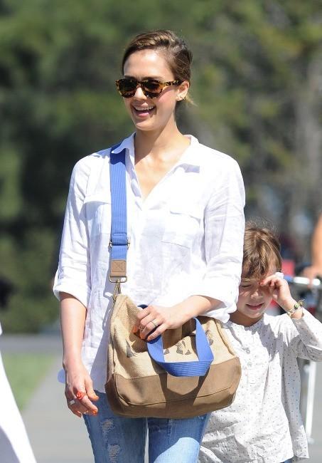 Jessica Alba et sa famille à Los Angeles le 24 mars 2013