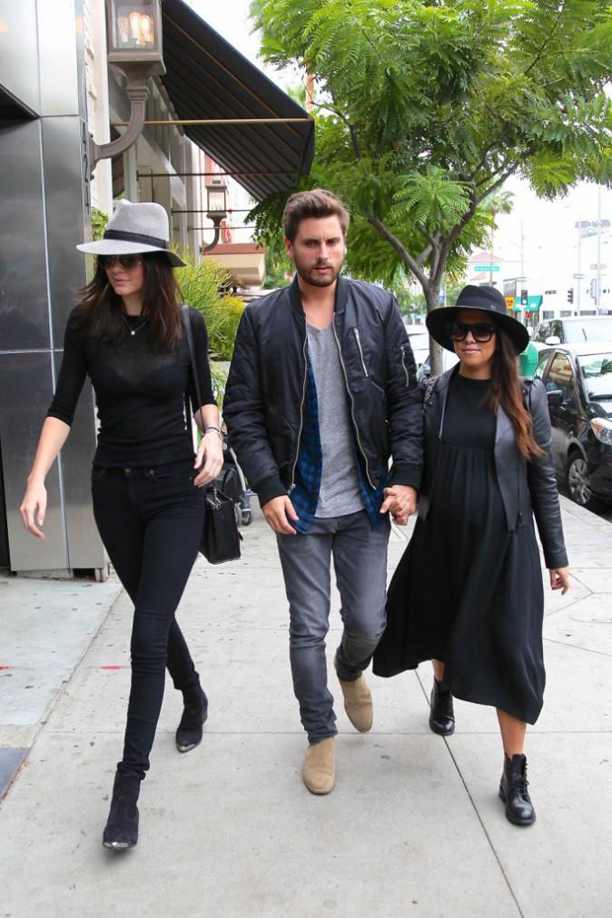 Photos : Kourtney Kardashian : future maman stylée, elle retrouve du tissu pour un brunch avec Scott et Kendall !