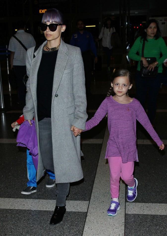 En famille à l'aéroport, ils s'envolent direction Sydney pour rejoindre Joel Madden !