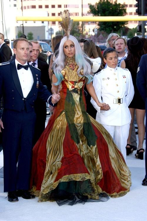 Lady Gaga a toujours aimé l'excentricité du créateur, elle l'a prouvé par ses tenues dans le clip Bad Romance et aux derniers MTV Video Music Awards.