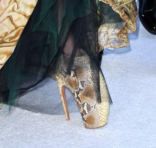 Les fameuses chaussures que les fashionistas s'arrachent, portées par Lady Gaga en septembre 2010.