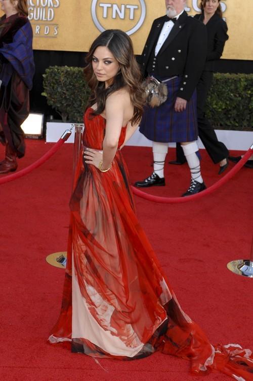 Mila Kunis, la co-star du film Black Swan, en rouge 'very'  McQueen aux 17ème SAG Awards, fin janvier 2011