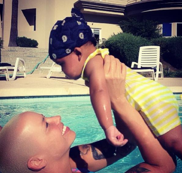 Amber Rose à la piscine avec bébé !