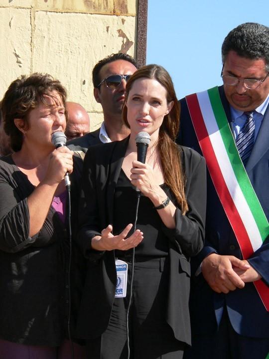 Angelina Jolie sur l'île italienne de Lampedusa, le 19 juin 2011.