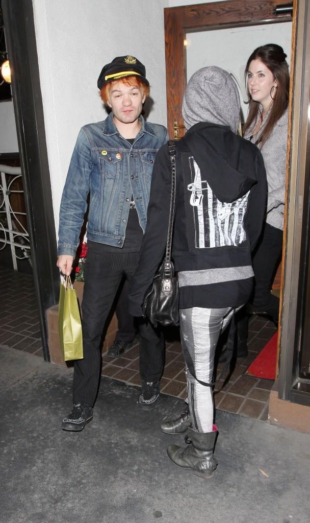 Avril Lavigne et Deryck Whibley sortant du restaurant Madeo à Beverly Hills, le 1er décembre 2011.