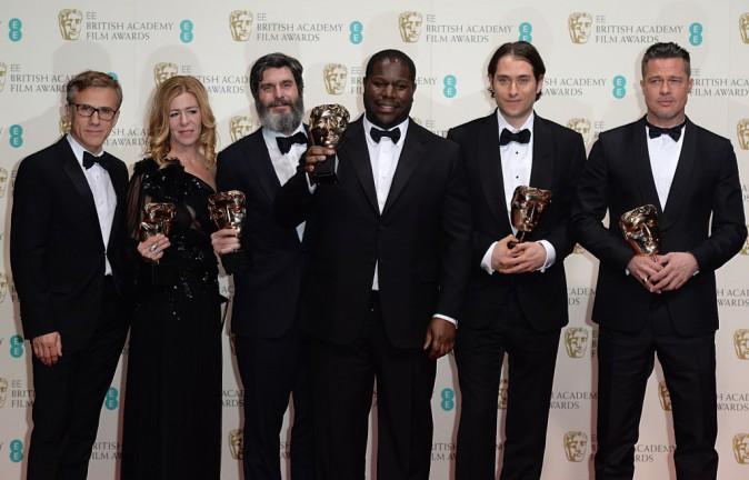 """Brad Pitt et l'équipe de producteurs du film """"12 Years a Slave"""" lors de la cérémonie des BAFTA Awards à Londres, le 16 février 2014."""