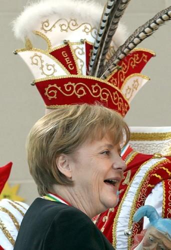 Angela Merkel a vraiment une tête à chapeau!