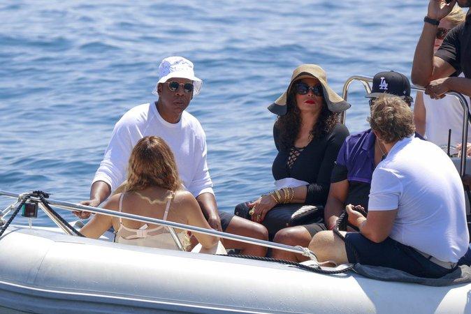 Avec Blue Ivy, le couple a pris place sur un petit zodiaque pour rejoindre une embarcation d'un autre standing !