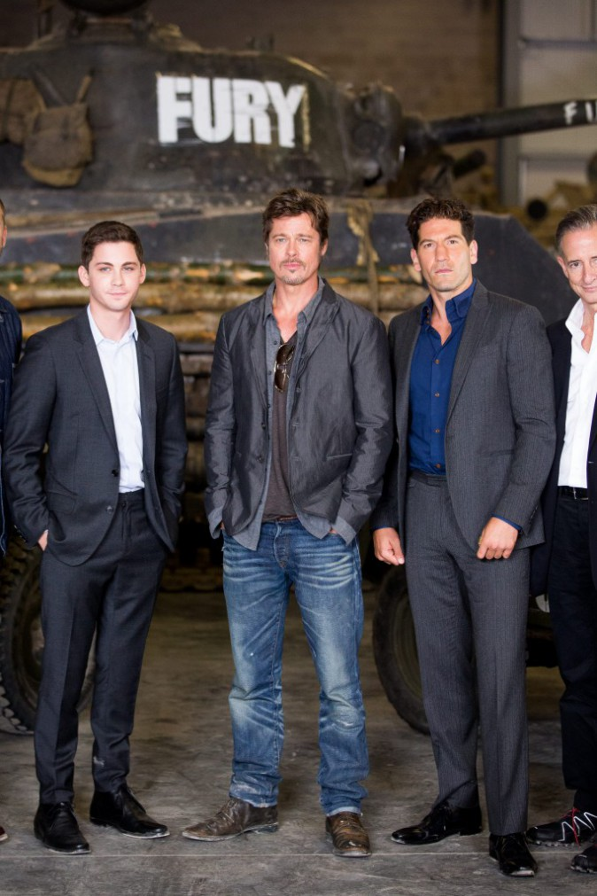 """Brad Pitt et l'équipe de """"Fury"""", réunis lors du photocall du film au Tank Museum de Bovington, le 28 août 2014."""