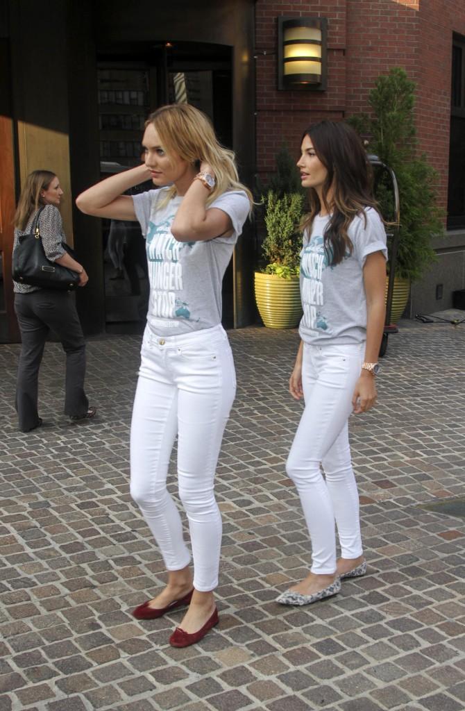 Candice Swanepoel, Lily Aldridge marcgent avec leurs t-shirts Watch Hunger Stop dans les rues de New York le 30 juillet 2014.