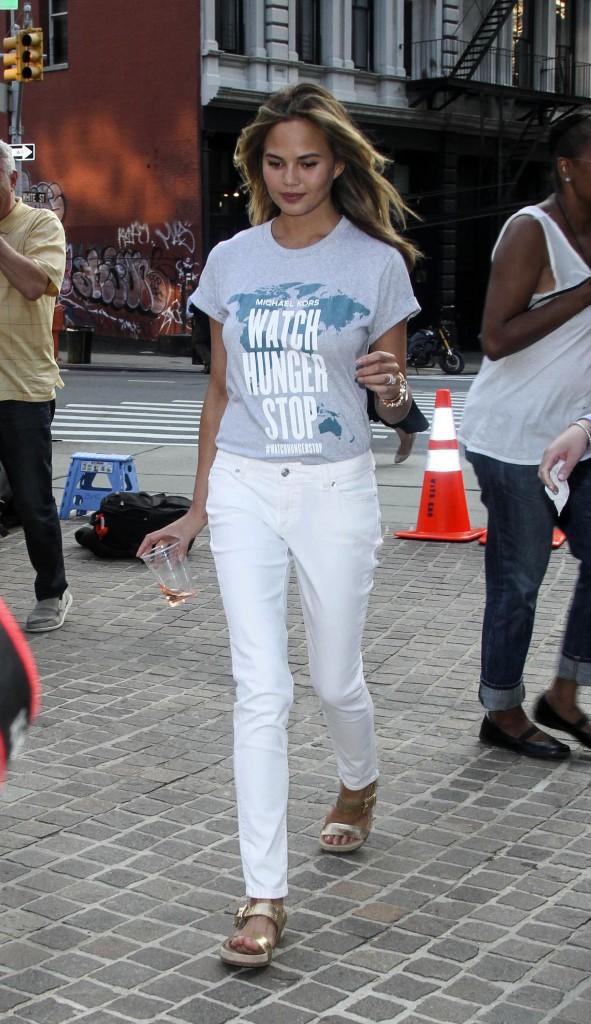 Chrissy Teigen marche avec son t-shirt Watch Hunger Stop dans les rues de New York le 30 juillet 2014.