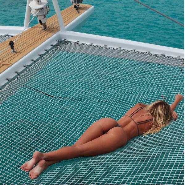 En fait, c'est un GROS faible pour la pose en maillot de bain !