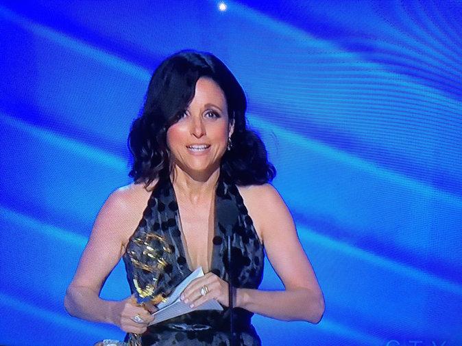 Julia Louis-Dreyfus reçoit le prix de la meilleure actrice pour son rôle dans Veep. Un moment fort en émotion !