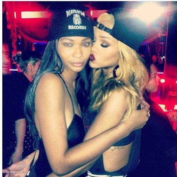 Rihanna dans les bras de Chanel Iman au VIP Room de Paris le 8 juin 2013