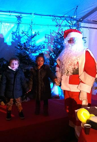Les enfants d'Ayo avec le Père Noël aux enchanteurs de Noël !