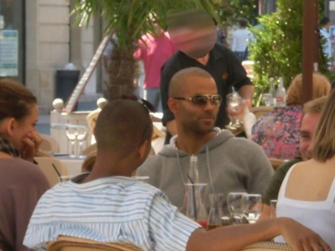 Mais qui est donc la jeune femme dans le coin à gauche qui déjeune avec Tony à Bordeaux ?