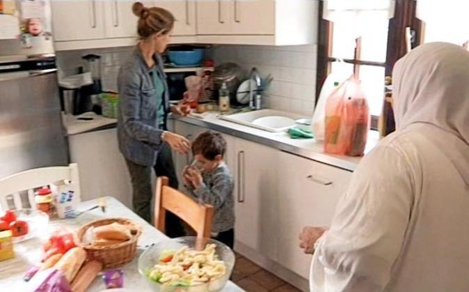 Mélissa, dans la cuisine avec son petit Léon, 3 ans, et Fatima, sa belle-mère.