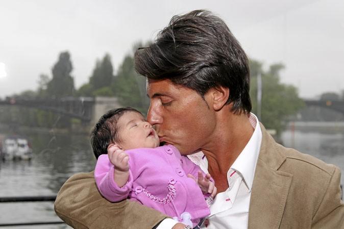Tendre baiser entre le papa et sa fille !