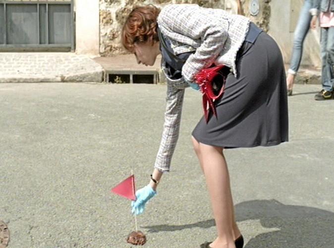"""-""""Maman, qu'est ce qu'elle fait, la dame? """"  -""""Tu le vois bien, elle met un drapeau rouge sur une crotte.""""  -""""Bonjour, félicitations pour votre élection!"""""""
