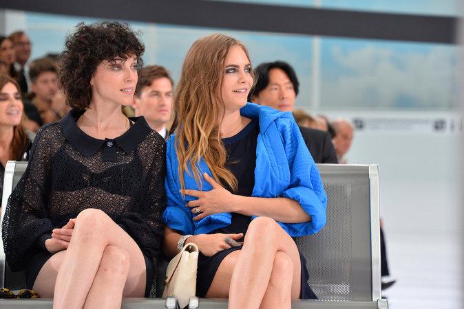 Cara Delevingne et St Vincent au défilé Chanel le 6 octobre 2015